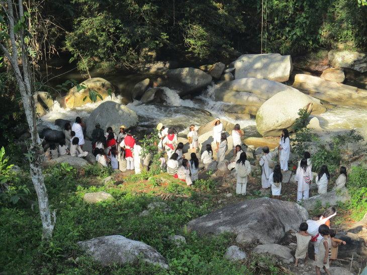Ritual de limpieza en el río al final de la fiesta tradicional anual de verano